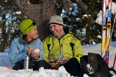 Couple having lunch, cross-country skiing